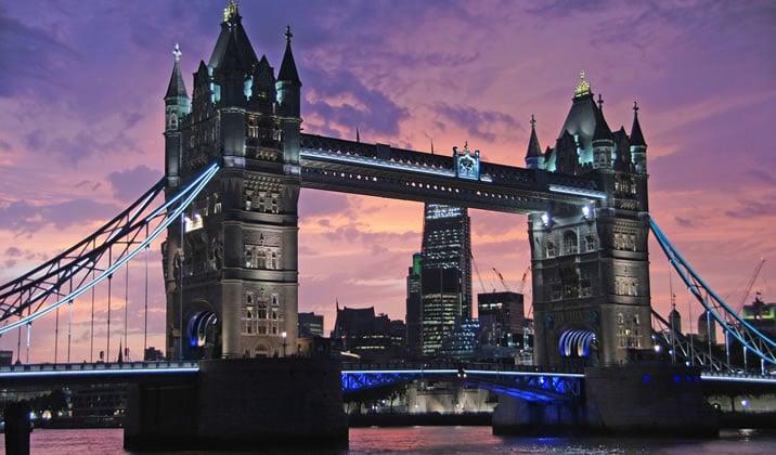 英ロンドンのシティの東の橋